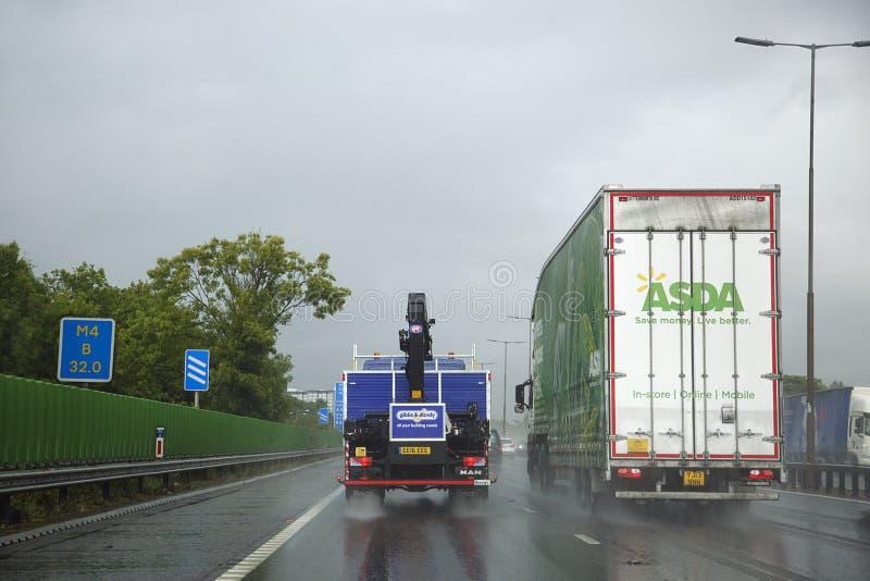 Niebezpieczni napędowi warunki na UK autostradzie po frachtowy transport obrazy royalty free