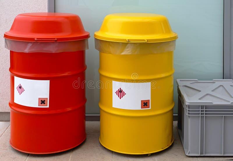Niebezpieczni odpady baryłki zdjęcia stock