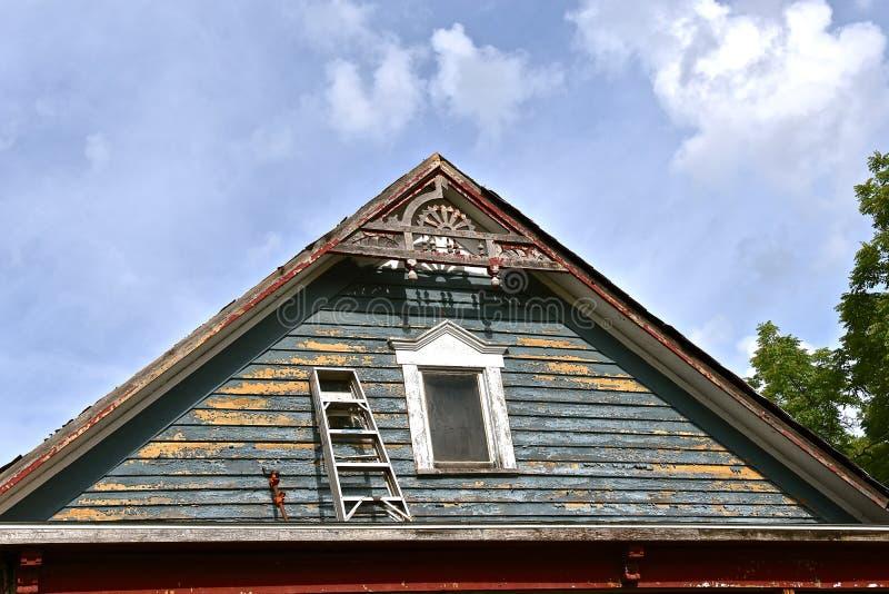 Niebezpiecznie umieszcza na górze ganeczka krok drabina zdjęcie royalty free