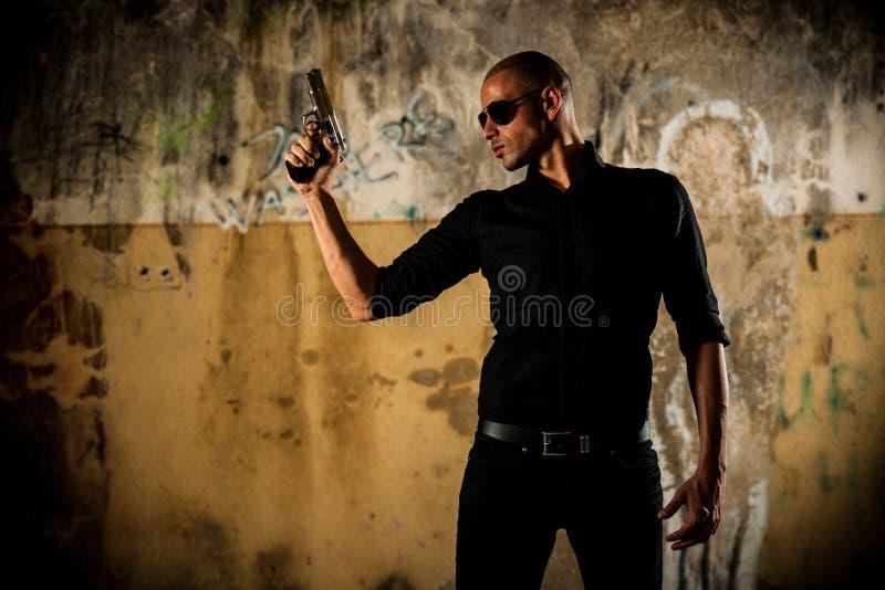 niebezpieczny armatni mężczyzna fotografia royalty free