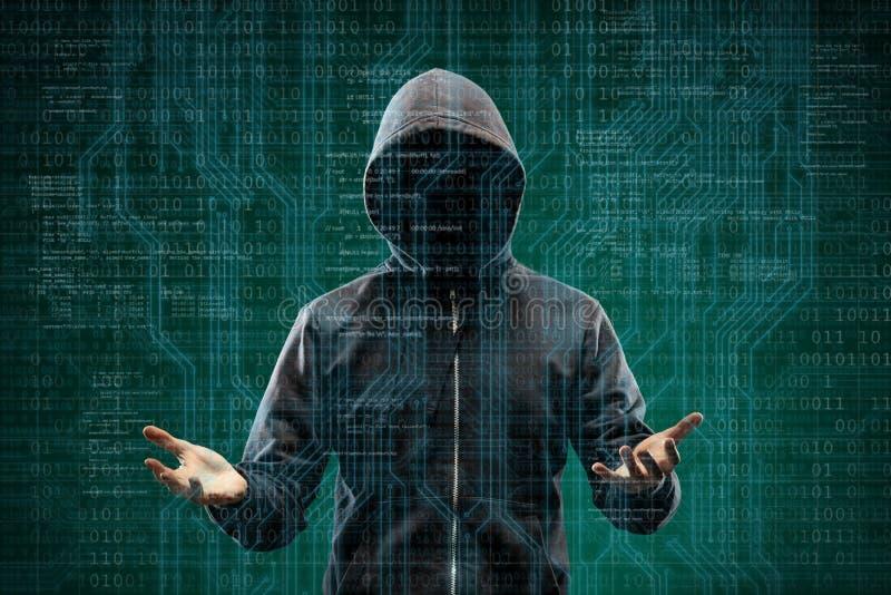 Niebezpieczny hacker nad abstrakcjonistycznym cyfrowym tłem z binarnym kodem Zaciemniająca ciemna twarz w masce i kapiszonie Dane fotografia royalty free