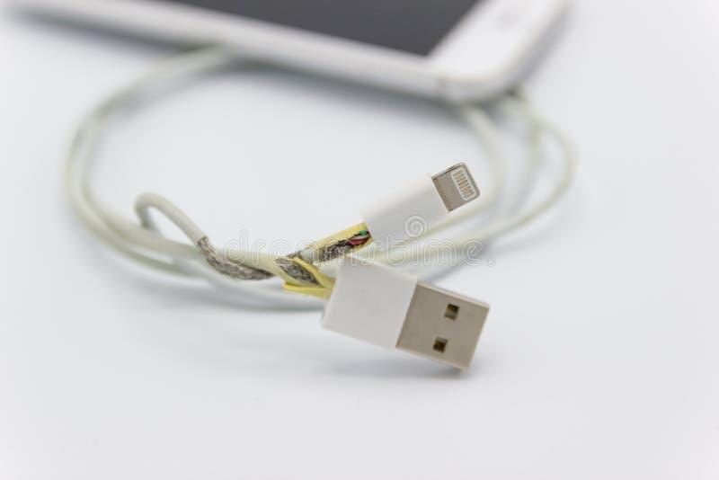 Niebezpieczny kablowy telefon ładowarki brak szkoda obrazy stock