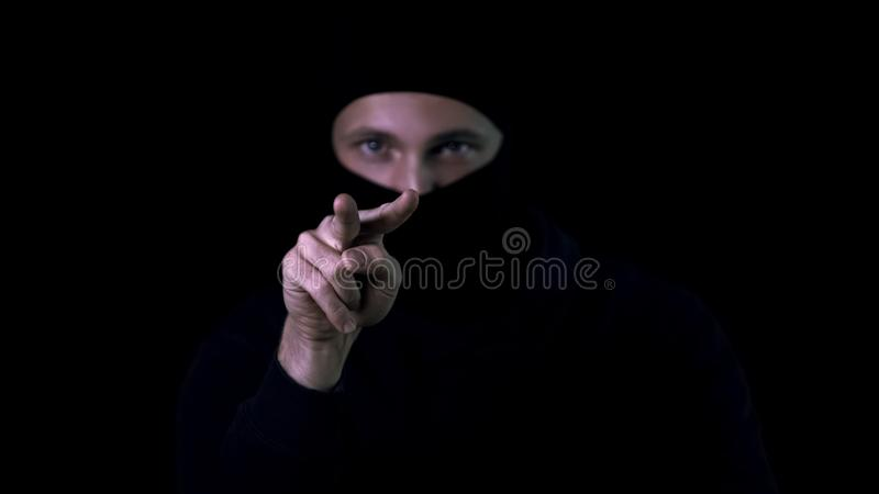 Niebezpieczny kryminalny pokazywać oglądający ciebie gestykuluje dla przerażającej ofiary, przestępstwo obrazy royalty free