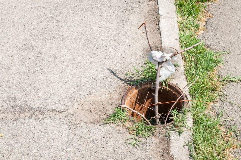 Niebezpieczny otwarty manhole na pedestrians chodniczku lub przejściu obrazy stock