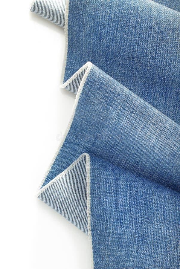 Niebiescy dżinsy drelichowi na bielu zdjęcie stock