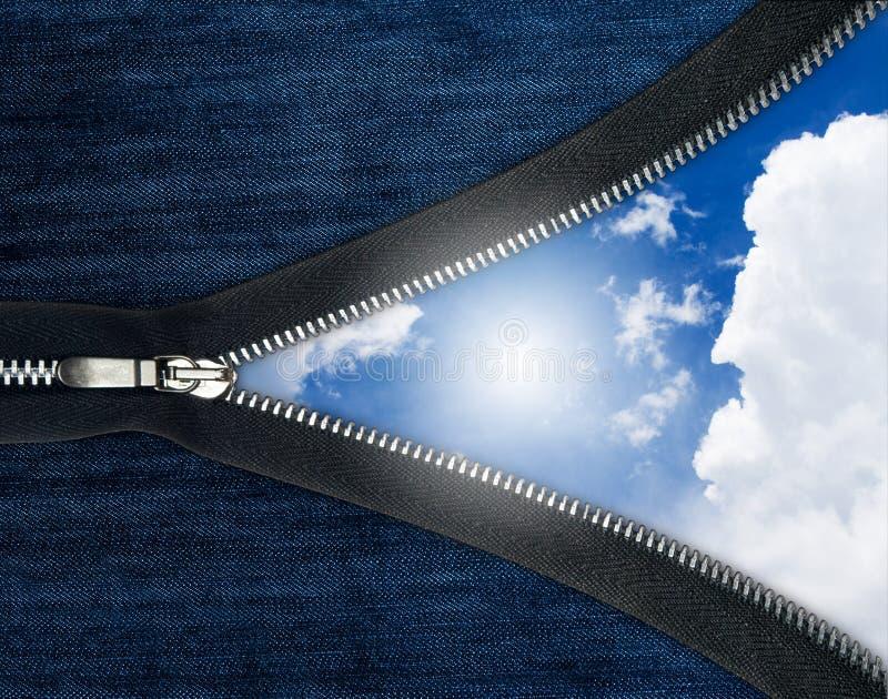 niebiescy dżinsy nad niebo suwaczkiem fotografia royalty free