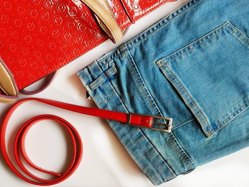 Niebiescy Dżinsy popędzają Czerwonych torebki dziewczyny mody kobiet odzieżowych akcesoria obraz royalty free