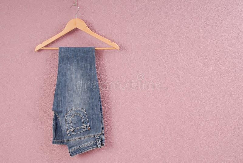 Niebiescy dżinsy są na wieszaku zdjęcia stock