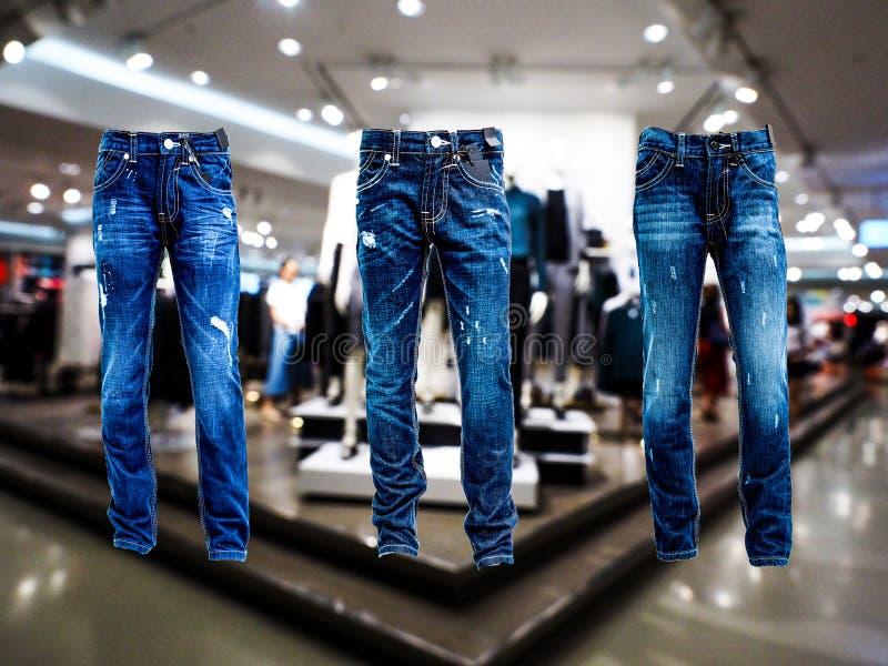 Niebiescy dżinsy spodnie odizolowywający tyły i przód W sklepie zdjęcie stock