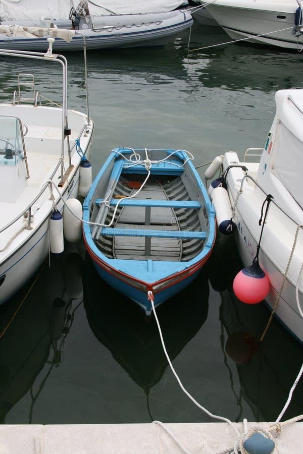 niebieska łódź fotografia stock