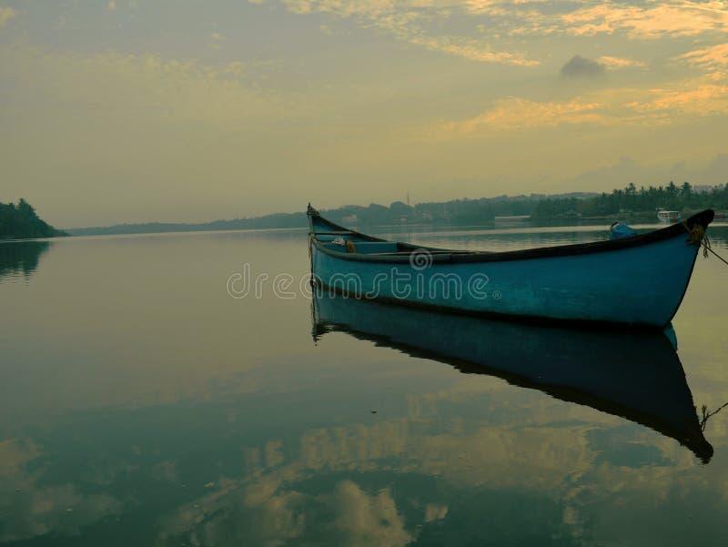 niebieska łódź zdjęcie royalty free