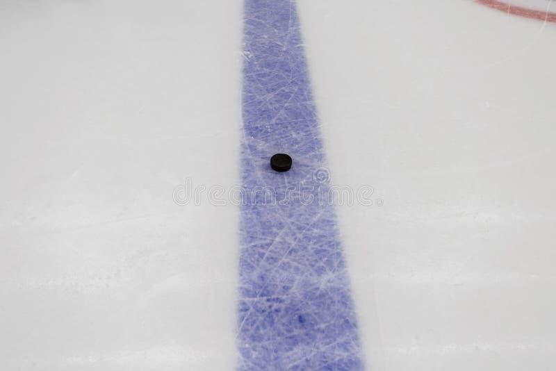 Niebieska linia z krążkiem hokojowym na lodowego hokeja lodowisku obraz stock