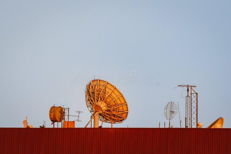 niebieski anten t?a dachu nieba fotografia royalty free