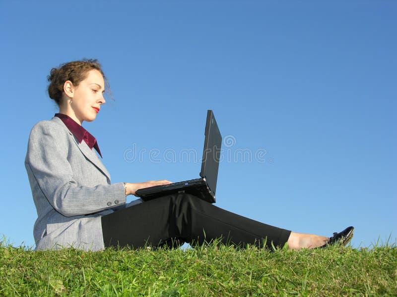niebieski bizneswomanu notatnik siedzi niebo fotografia stock