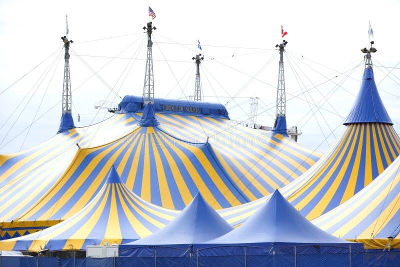 niebieski cyrk żółtego namiocie fotografia royalty free