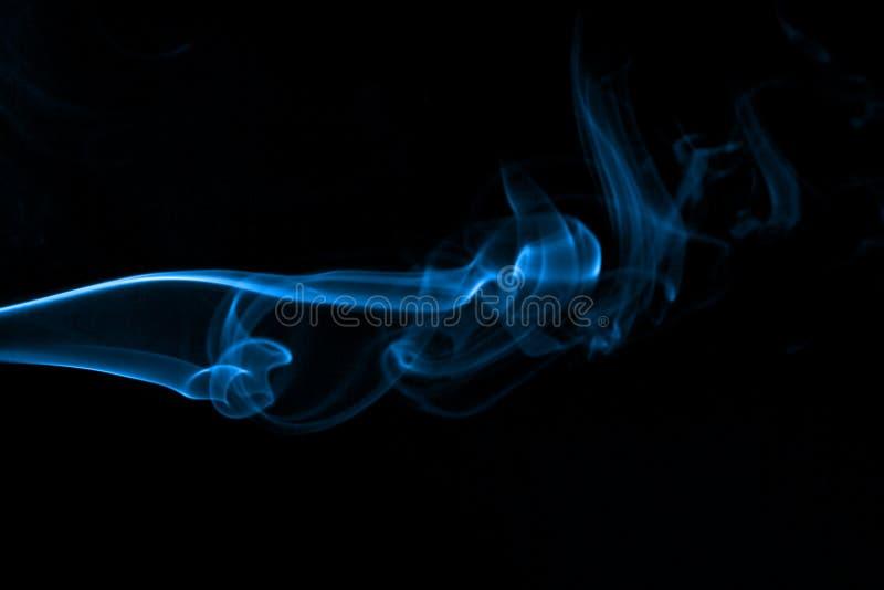 niebieski dym kadzidła abstrakcyjne zdjęcie stock