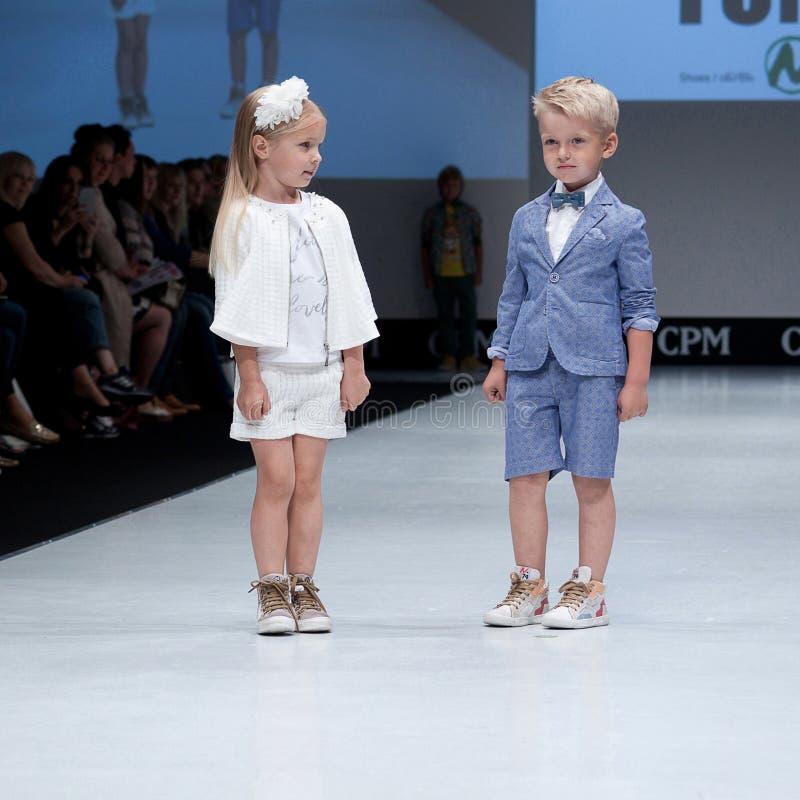 niebieski fotografa mody flash pokaz odcień Dzieciaki, dziewczyna na podium zdjęcia stock