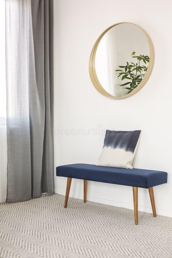 Niebieski kombinezon z poduszkÄ… w eleganckiej poczekalni zdjęcie stock