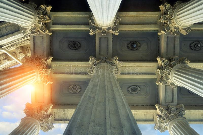 niebieski tła architekturę kompasowy głębokie rysunek Elementy kolumnada i sufit Kazan katedra w Petersburg, Rosja zdjęcia stock