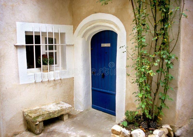 niebieskie drzwi Provence zdjęcia royalty free