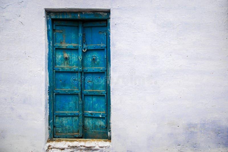 niebieskie drzwi stary obraz royalty free