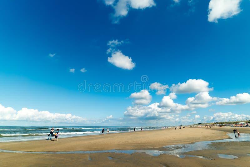 Niebieskie nieba nad plaża Zandvoort aan Zee holandie fotografia stock