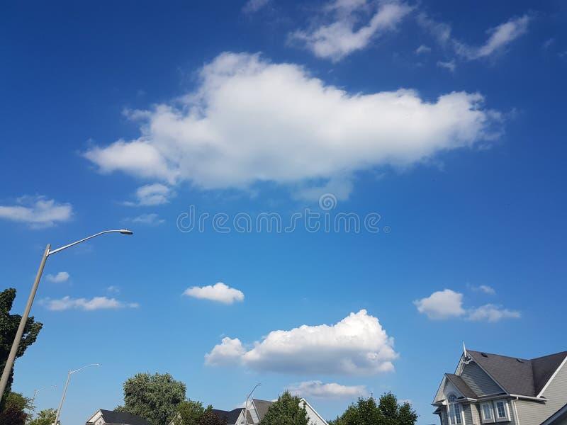 Niebieskie nieba z cloudsof lato sezon obraz royalty free