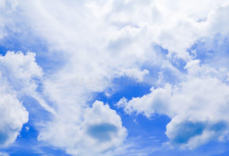 Niebieskie niebo żywy z obłoczną sztuką piękną natura obrazy royalty free