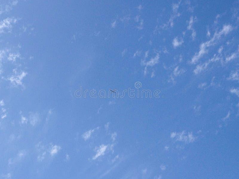 niebieskie niebo białe chmury obrazy stock