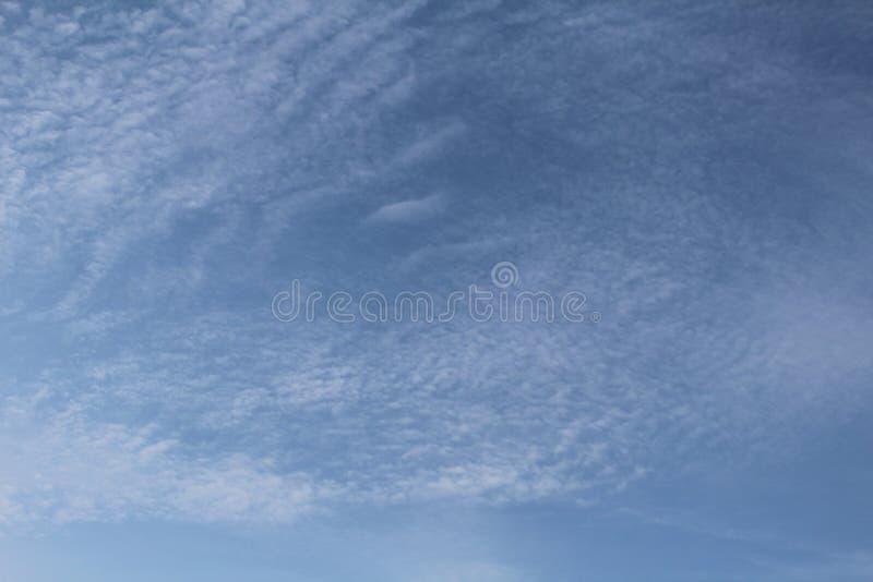 Niebieskie niebo, biel chmury i światło słoneczne, fotografia royalty free