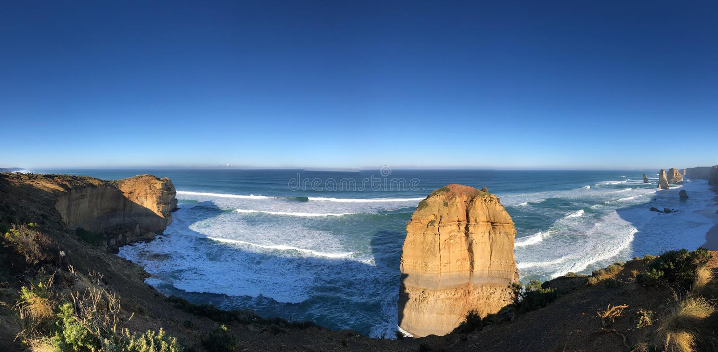 Niebieskie niebo, biel fale, skały komponował wybrzeże, zdjęcia royalty free