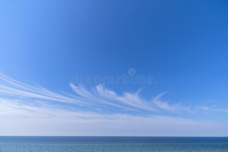 Niebieskie niebo chmury pierzastej chmur morza panorama zdjęcie stock