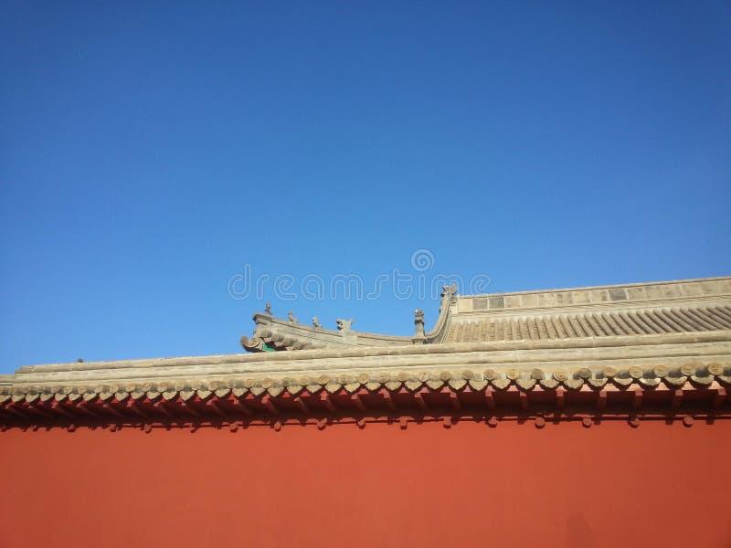 Niebieskie niebo czerwieni ściany! zdjęcie royalty free