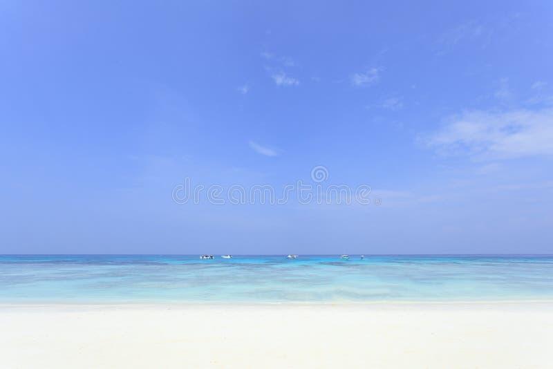 Niebieskie niebo i biała piasek plaża zdjęcie stock