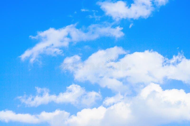 Niebieskie niebo i białe chmury relaksujemy fotografię natury tło zdjęcia royalty free