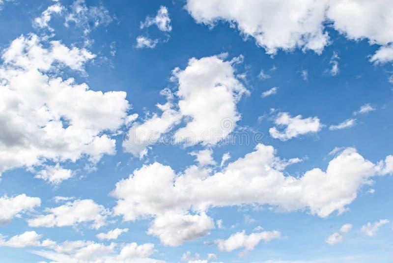 Niebieskie niebo i biały chmurny tło, nieba chmur głąbik w wsi krajobrazie Tajlandia, świeży i relaksujemy obrazy royalty free