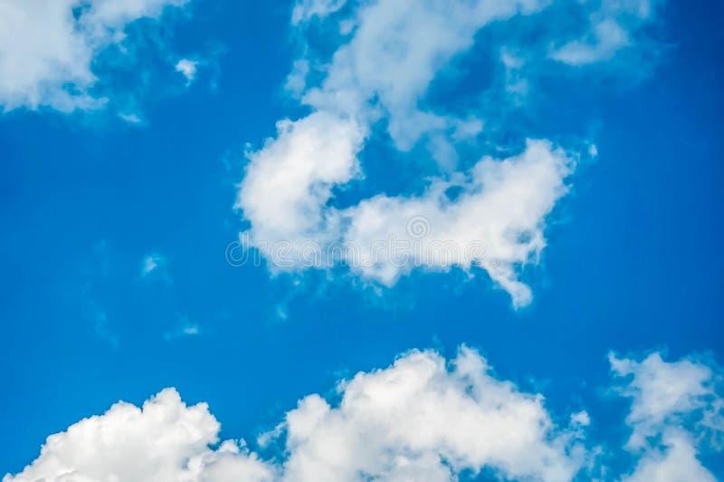 Download Niebieskie niebo i chmura obraz stock. Obraz złożonej z jaskrawy - 53792657