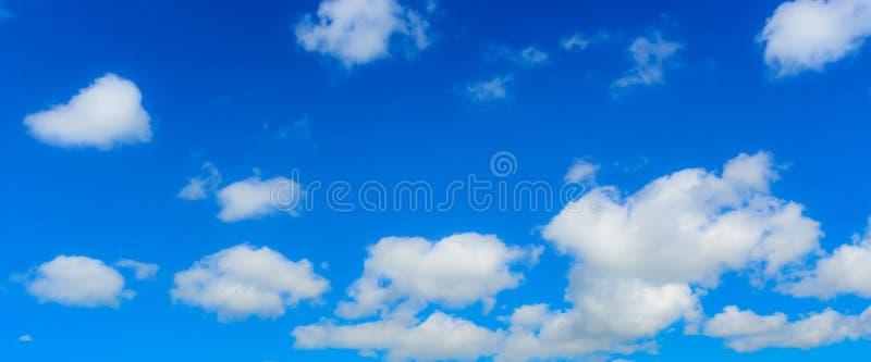 Niebieskie niebo i chmura na kolorowym dniu w lecie zdjęcie stock