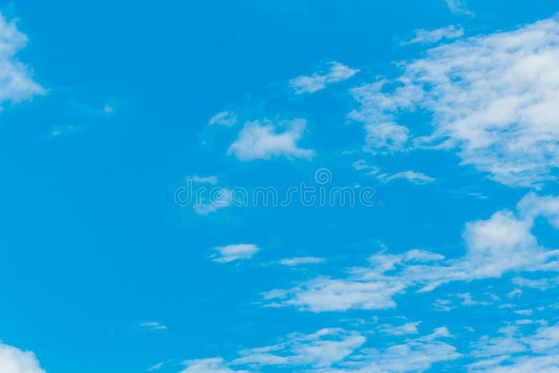 Niebieskie niebo i chmurny zdjęcie royalty free