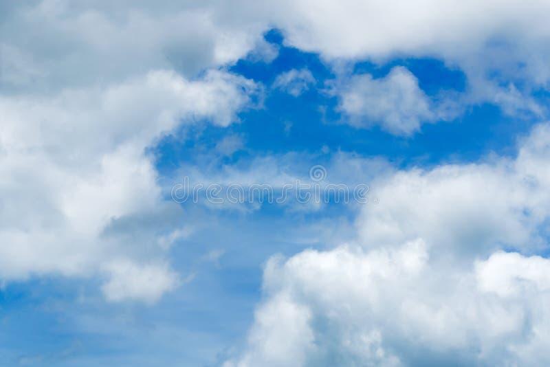 Niebieskie niebo i chmurny obraz royalty free