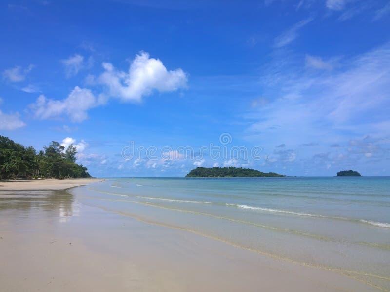 Niebieskie niebo i chmury nad tropikalną plażą z zielonymi drzewkami palmowymi na Koh Chang wyspie w Tajlandia fotografia royalty free