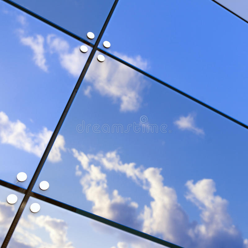 Niebieskie niebo i chmury odbijamy w szklanych taflach nowożytny budynek zdjęcie stock
