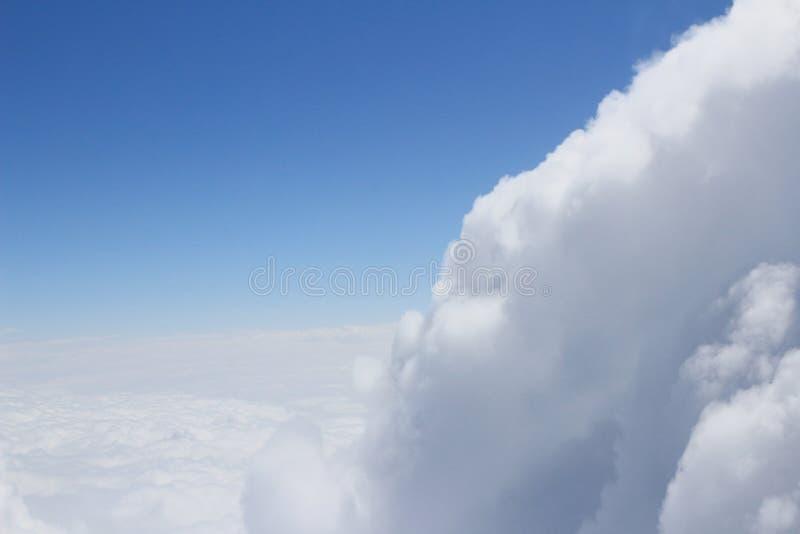 Niebieskie niebo i doskonalić chmury obrazy stock