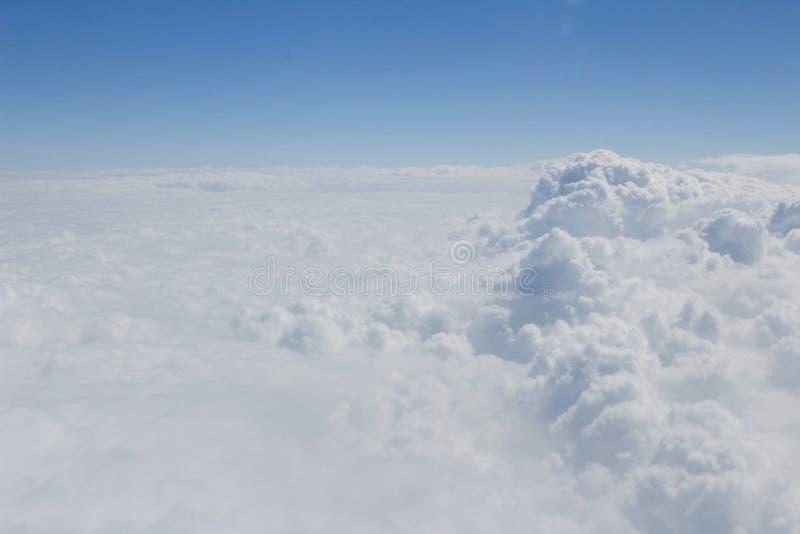 Niebieskie niebo i doskonalić chmury fotografia royalty free