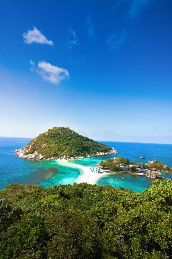 Niebieskie niebo i jasny chmurniejemy na nang Juan wyspie przy koh Tao Thailand w letnim dniu na pięknym natury seascape tle obraz royalty free