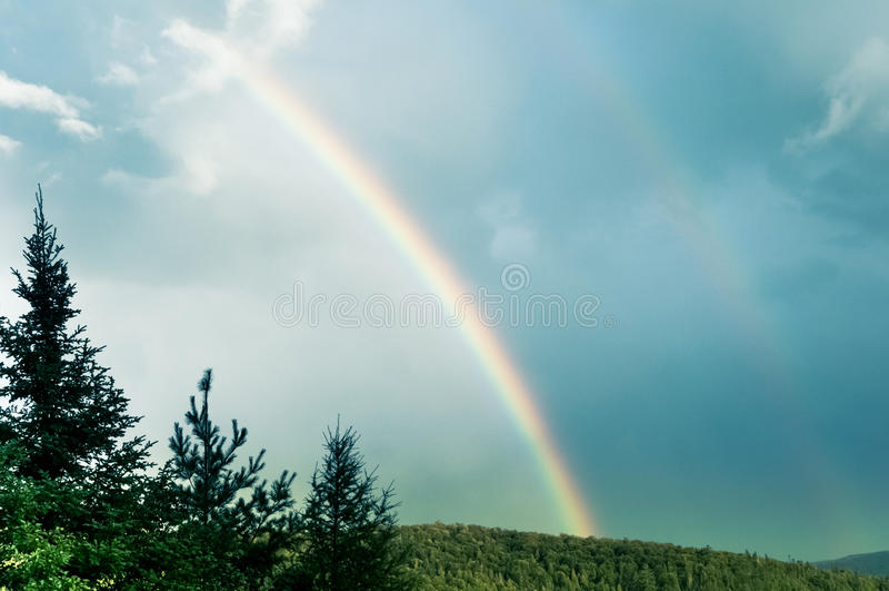 Niebieskie niebo i kopii tęcza zdjęcia royalty free