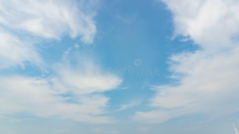 Niebieskie niebo i mętne światło dzienne obrazy stock