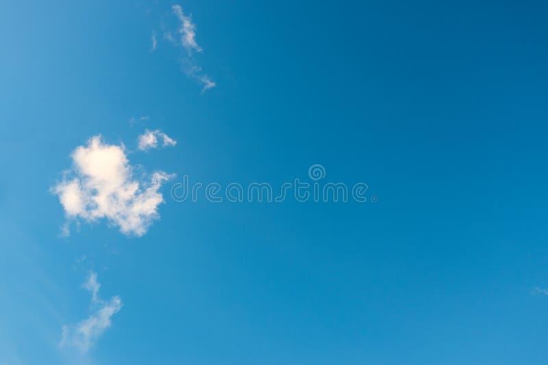 Niebieskie niebo i małe puszyste chmury w lecie Zadziwiający chmurny obraz royalty free