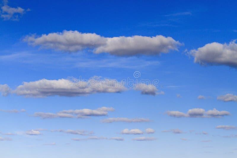 Niebieskie niebo i piękne chmury w perspektywie fotografia stock