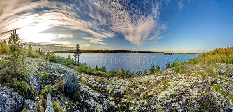 Niebieskie niebo i wodna powierzchnia jezioro Granitowi g?azy, mech Surowa natura Rosyjska p??noc ladoga jeziora obraz royalty free